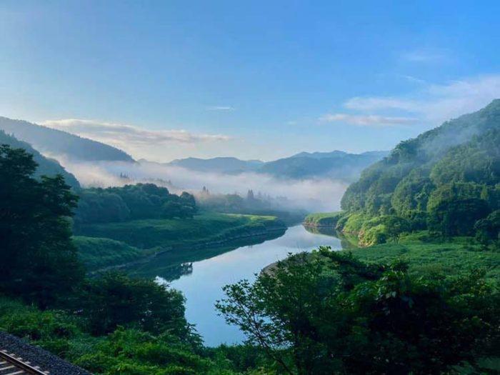 (正岡子規が「隣国無比の勝地なり」とうたった国道沿いの景色。 ダムがなかった当時とは景色も違うと思われるが今も美しい。 Photo by 瀬川然)