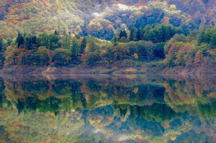 錦秋湖の紅葉真っ盛り Photo by 瀬川強