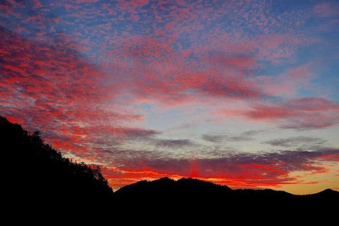 燃えるような夕焼けのあと、ヨタカが鳴き始めました Photo by 瀬川強