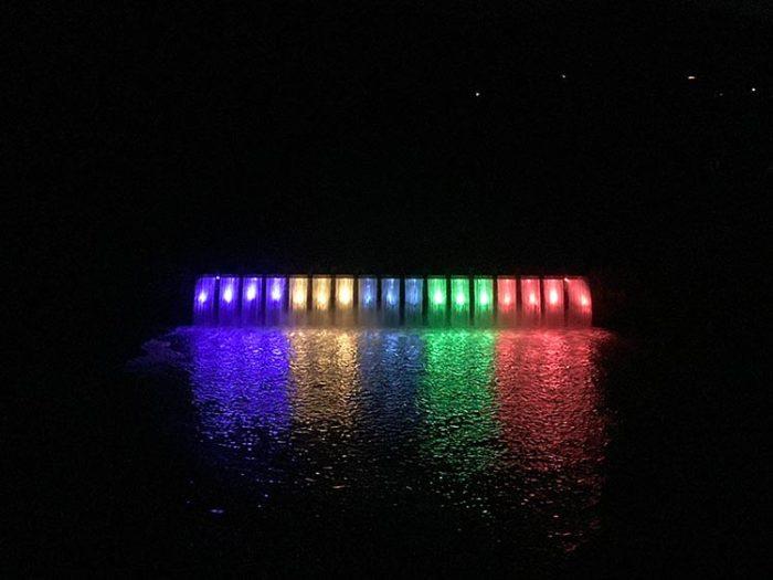 闇に浮かび上がる錦秋湖大滝ライトアップ Photo by 瀬川瑛子