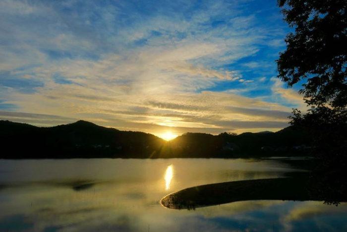 日没錦秋湖 Photo by 瀬川強